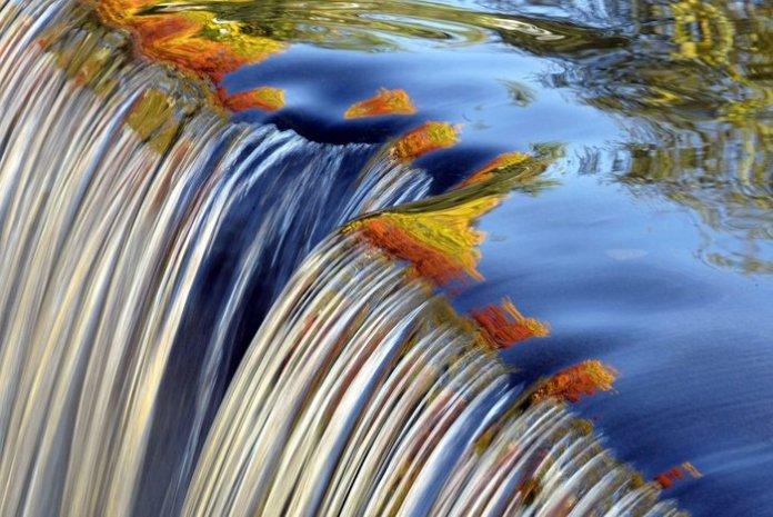 Φθινοπωρινά χρώματα όπως αντικατοπτρίζονται σε καταρράκτη του Κονέκτικατ