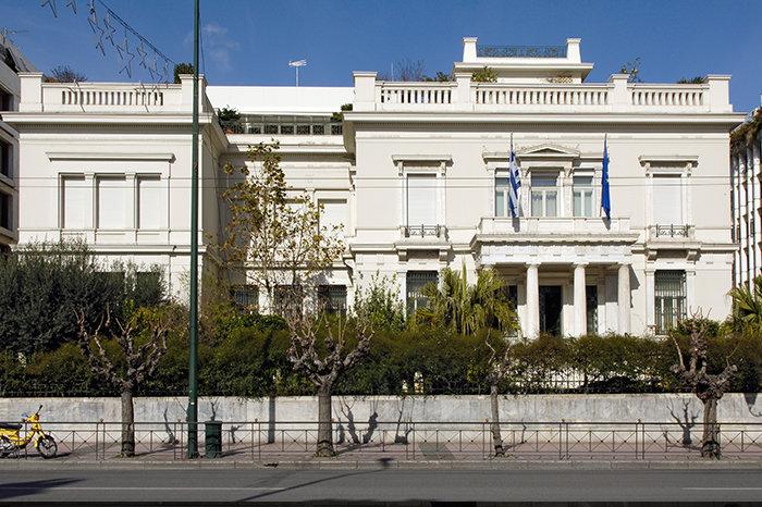 ΜΟΥΣΕΙΟ ΜΠΕΝΑΚΗ – ΚΕΝΤΡΙΚΟ ΚΤΙΡΙΟΜετά από 7 διαφορετικές φάσεις κατασκευής, από το 1895 έως και το 1997, το Μουσείο Μπενάκη έλαβε τη μορφή που έχει σήμερα, με σημαντικούς αρχιτέκτονες, όπως ο Α. Μεταξάς και ο Ε. Βουρέκας, να έχουν συμβάλλει σε αυτή.
