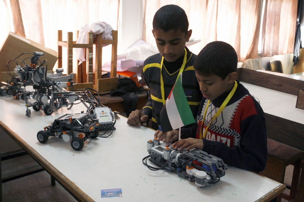 Estudiantes palestinos participan en un taller de robótica organizada por la UNRWA en una escuela de Rafah, en el sur de la Franja de Gaza.  Foto: Abed Rahim Khatib / Flash90