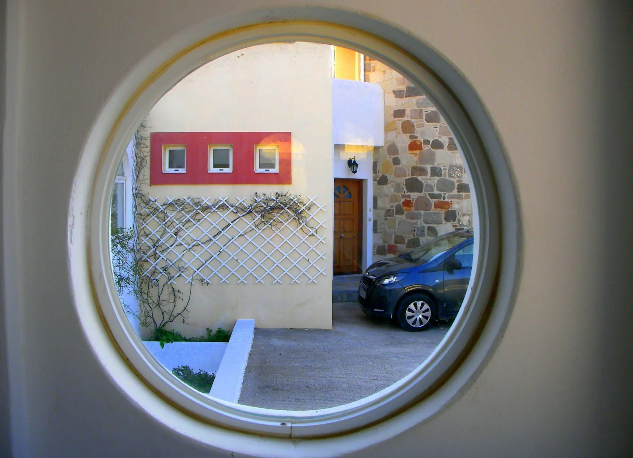 Let's look through the round window...!