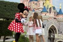 Disneyland Paris - Minnie And Girls In Front Of Sleeping