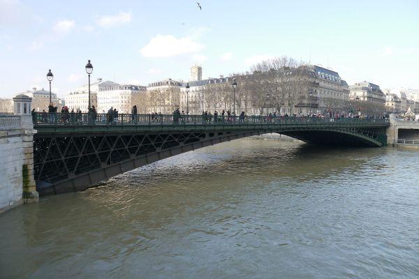 Paris Floods Louvre Museum Shuts