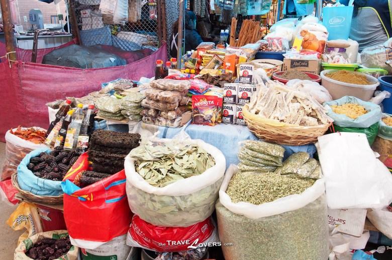 菜檔還有販賣各種各樣的乾貨,包括紫菜和五穀類等等食物。