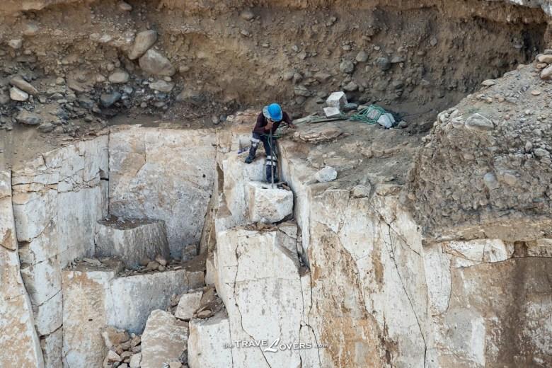 眼看遠處正在採礦的工人,站在峭壁之上,單靠一條繩繫在身上,就當是做了安全措施,連隔岸的我也不禁替他擔心。