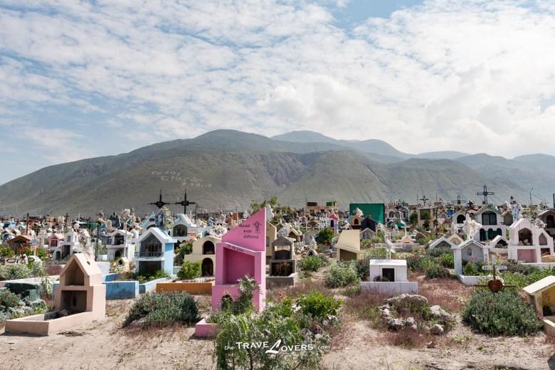 秘魯人的墓地-每個墓碑的形狀都很獨特,彷如一間迷你小屋。