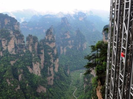 Zhangjiajie National Forest Park, China - cel mai înalt lift exterior (326 metri).