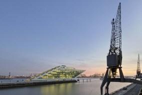 """Europa, Deutschland, Hamburg, 08.04.2015: Fischereihafen mit dem markanten Bürogebäude """"Dockland""""."""