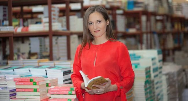 """""""Străinul de lângă mine"""", de Irina Binder, poate fi comandat pe Libris.ro"""