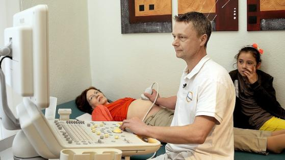 May also Annegrets daughter Lelia (9 ) look on during the ultrasound examination at their gynecologist Dr. Hertwig (Photo Credit: RTL/Pfeiffer)