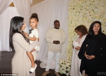 2E0D454800000578-3300977-With_her_mini_me_The_pregnant_Keeping_Up_With_The_Kardashians_st-m-144_1446504804395