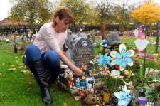 42-year-old Tracey Bolton at the grave of her son of Jamie Mark Godrich | Caters
