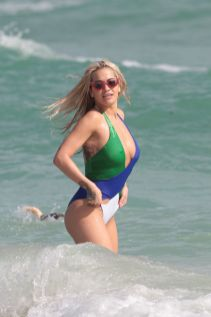 Rita-Ora-and-Nick-Grimshaw-Daisy-Lowe-show-off-their-bikini-bodies-on-the-beach-in-Miami (3)
