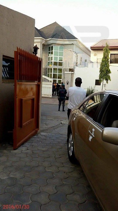 EFCC officials take over the Abuja home of former PDP chairman, Adamu Mu'azu | The Whistle