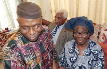 Ondo State Governor, Dr Olusegun Mimiko, Former Vice President, Dr Alex Ekwueme and Wife of the deceased, Dr Mrs Grace Braithewaite, during a condolence visit by Governor Mimiko to Late Braithwaite's family on Wednesday, April 6, 2016 | Ondo TV