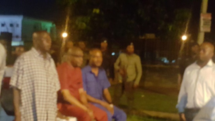 Rivers State Police Commissioner, Mr Francis Odesanya (,in red) in front of number 35 Forces Avenue after a failed attempt by the police to abduct a Federal High Court judge by 1am on saturday 8th October, 2016.