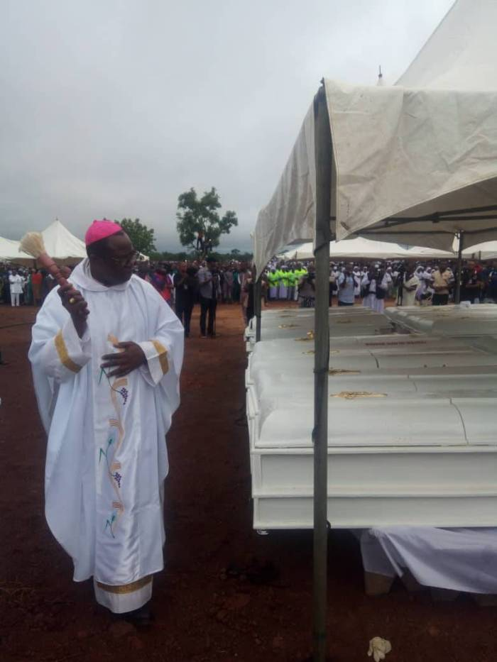A priest conducts burial for the 2 Roman Catholic priests and 17 parishioners murdered by Fulani herdsmen in Benue on Tuesday, May 22, 2018 in Makurdi | Twitter