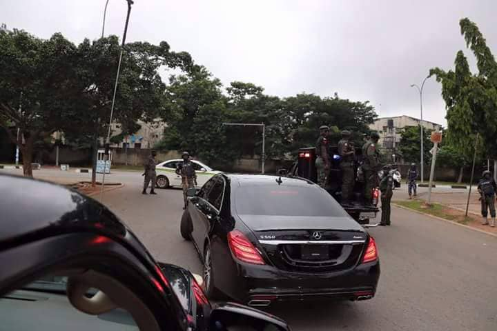 BREAKING: Police Surround, Barricade Residence Of Senate President Saraki (PHOTOS, VIDEO)