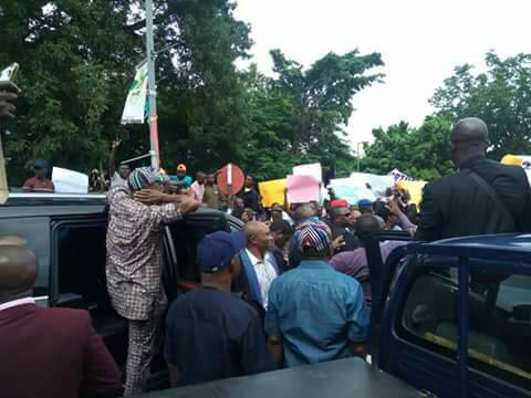 Benue youths prevent Governor Ortom from attending meeting with @OfficialAPCNg National leadership in Abuja. Threaten to vote him out if he insists on going for the meeting. The angry youths removed the APC flag on his vehicle and asked him to go back to Government House | Twitter