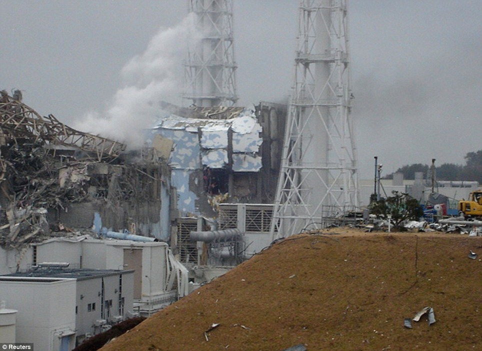 Fukushima reactor 3: radioactive steam pours out after the intial explosion. Click to enlarge