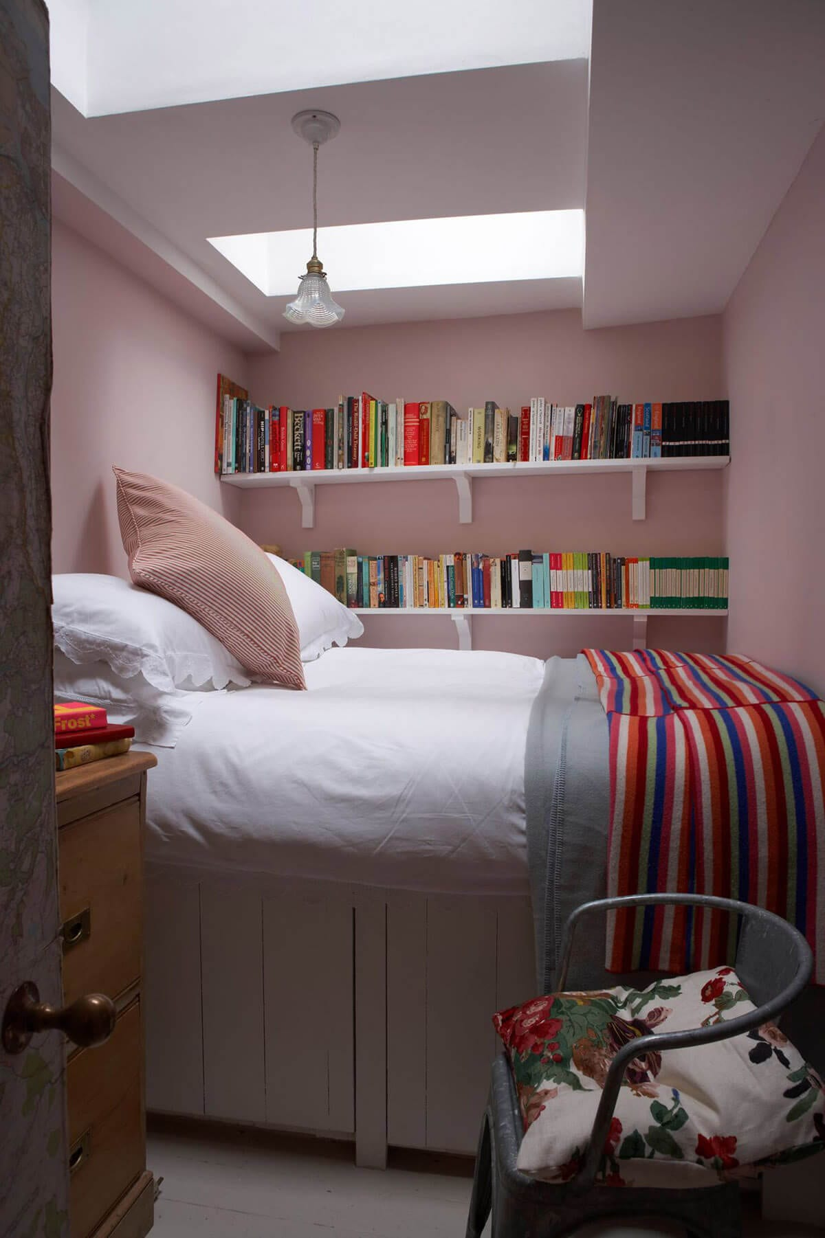 Small Bedroom Ideas With Book Shelves
