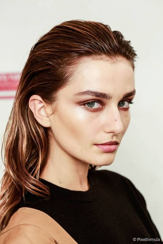 wet hair look with minimal make up
