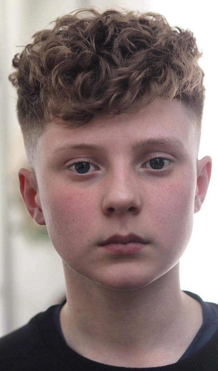 Coiffures cheveux bouclés pour les garçons