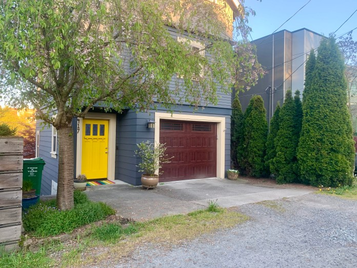 A townhouse with a yellow door faces in on an alley in the Central District. (Photo by author)
