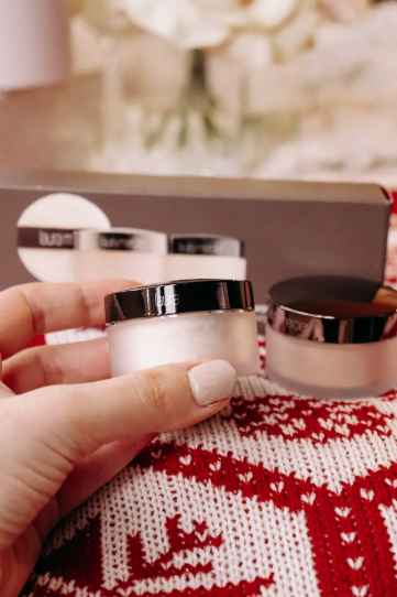 laura-mericier-Matte-Glow-Translucent-Loose-Setting-Powder-gift-guide