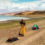 Pilgrims prostrating themselves as the make their way around Lake Manasarovar in Tibet (© Christoph Mohr)