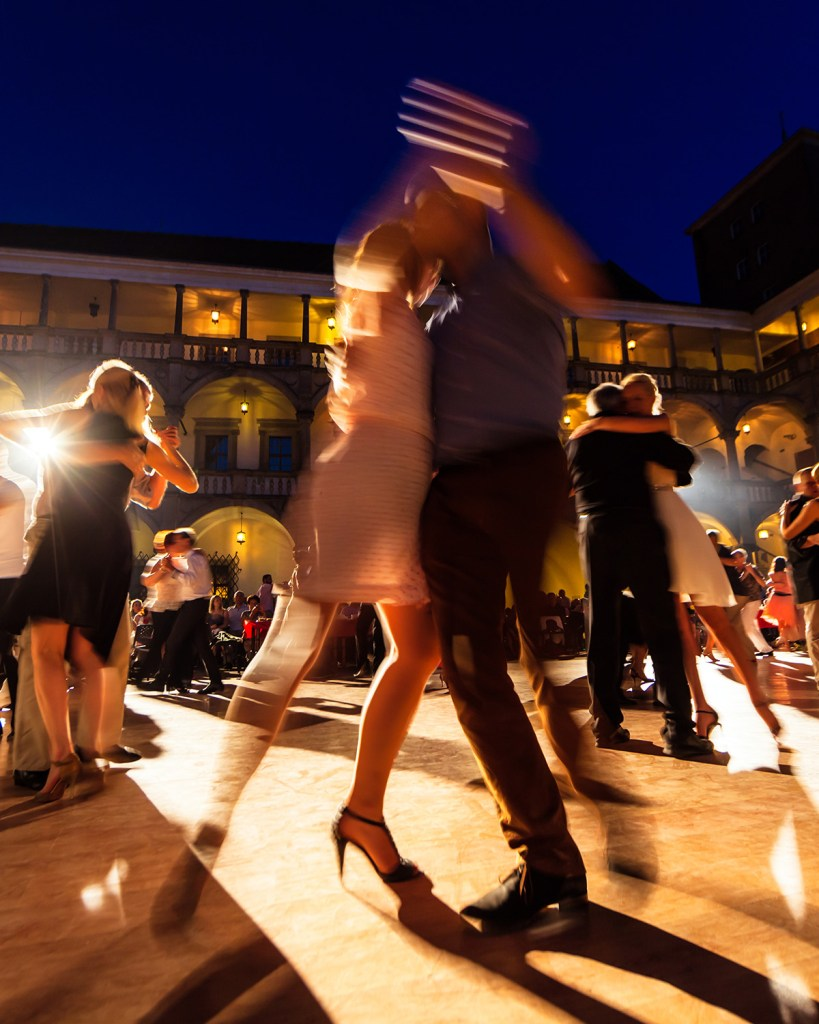 Street tango in Buenos Aires (Adobe Stock)