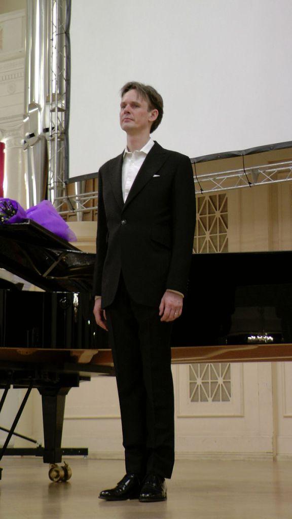 (photo of Ian Bostridge on stage by Mrkhlopov)