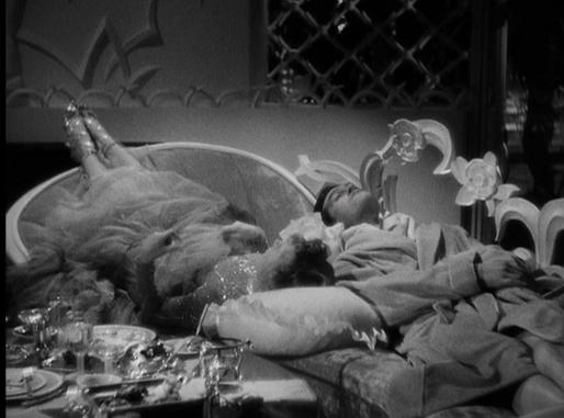 Jean Arthur and Ray Milland lie head-to-toe on a chaise lounge in Preston Sturges' Easy Living