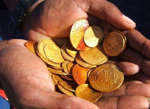 Goldene münten uut et skeypswrak. De meysten zint nog zo good as ny. (Foto: Dieter Noli)
