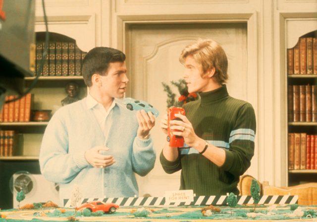 فرینک سیناترا جونیئر اور ڈین پال مارٹن ایک دوسرے کو ماڈل کاریں دکھاتے ہوئے