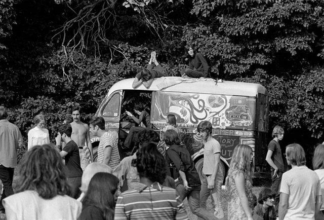 ہپیوں کا ایک گروپ جنگل میں ایک سجے ہوئے وین کے آس پاس جمع ہوا