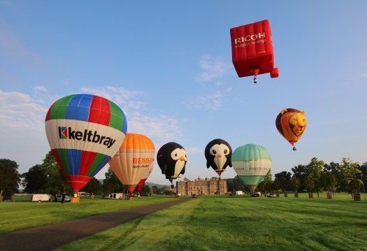 longleats-flying-lion-balloon-leads-the-mass-ascent-over-longleat-house-ahead-of-the-sky-safari-sept-16th-18th-2200x1506