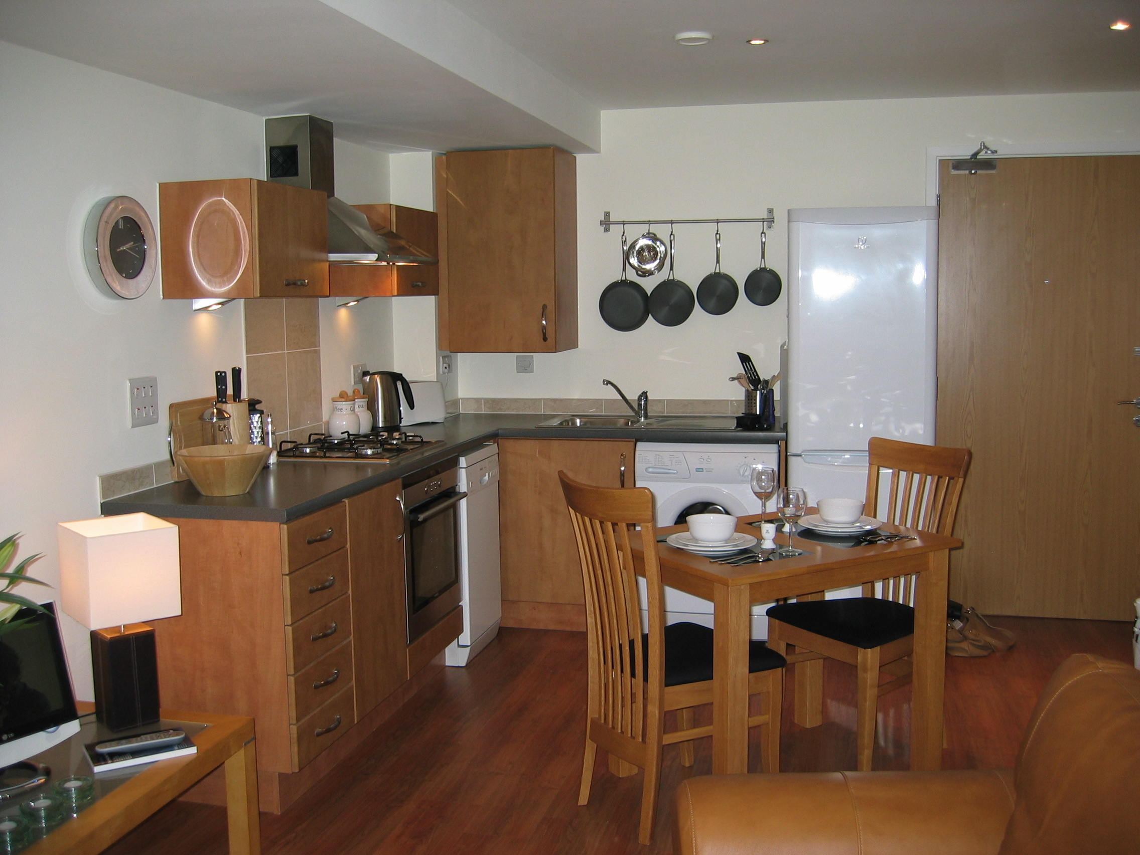 38 idea dekorasi dapur untuk apartment dan kondominium for Studio apartment kitchen designs