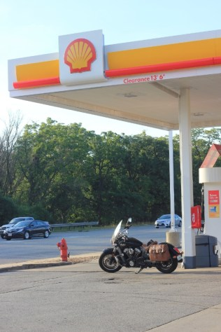 Filling up at Shell in Schiller Park, IL (PRNewsFoto/Brian Roberts)