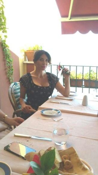 La prima foto del primo incontro: Carmen Di Pietro a Ravello, sulla terrazza a pranzo con Gerardo Orlando.