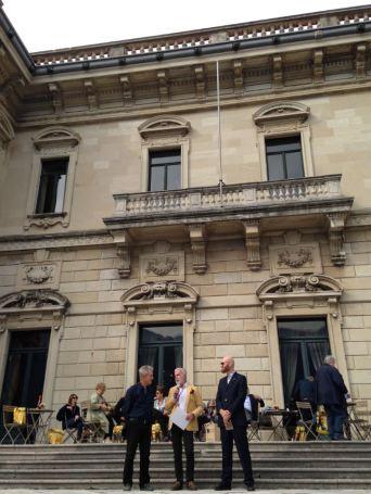 Gilles riceve il premio dal presidente di Orticolario con il responsabile di Marie Claire Maison.