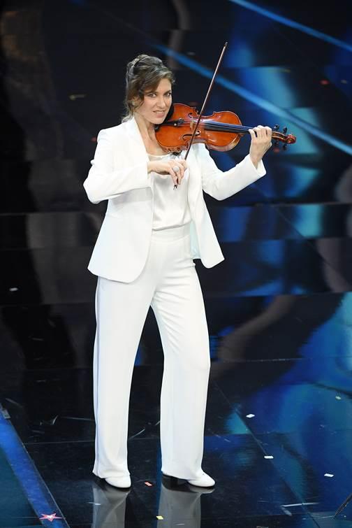 Le orchestrali vestite in bianco.