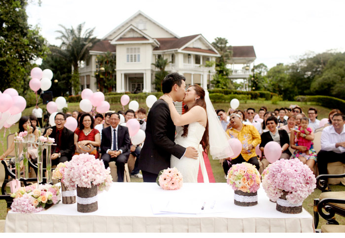 Carcosa Seri Negara garden wedding. Photo by Anna-Rina Photography. www.theweddingnotebook.com