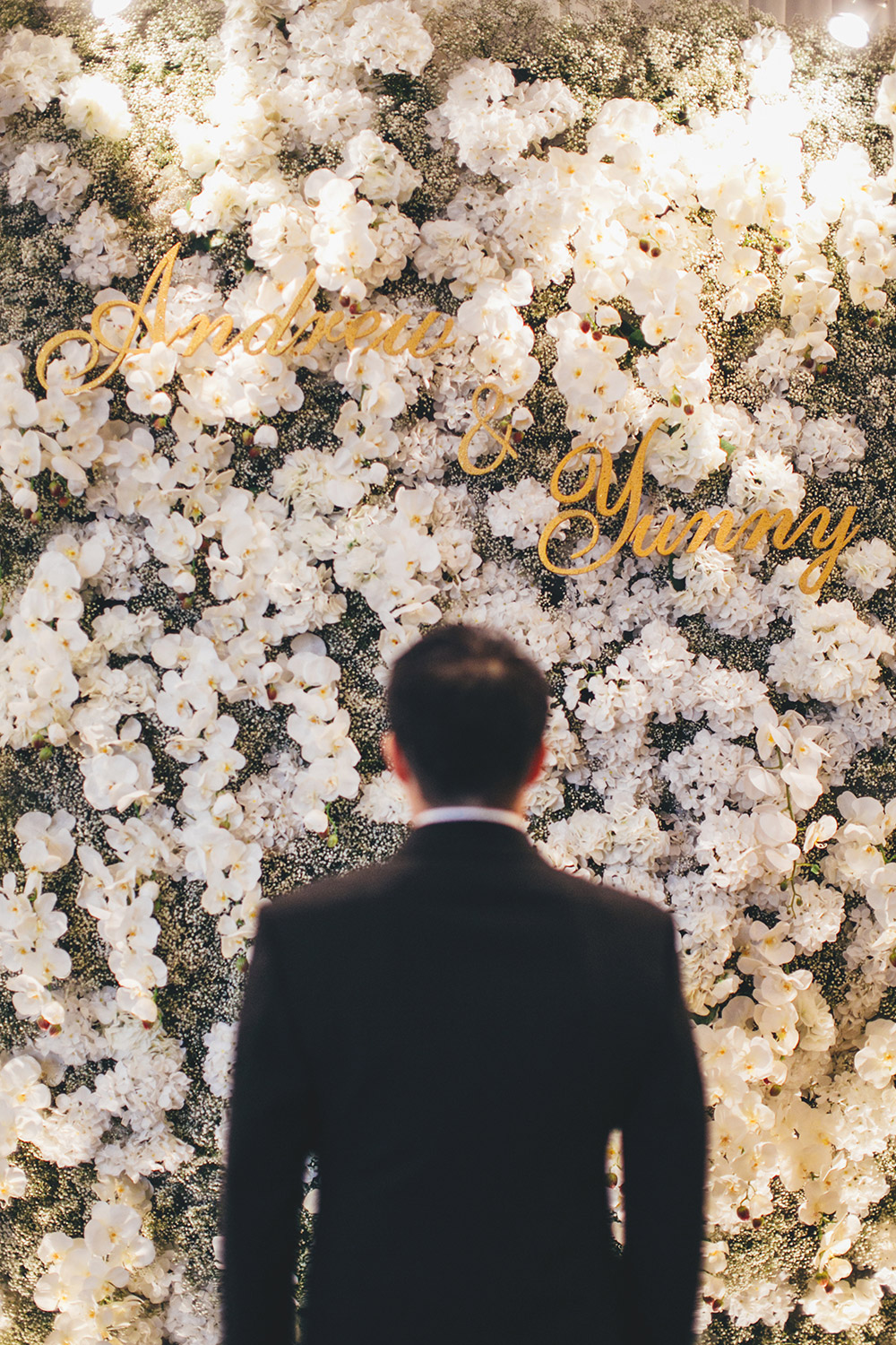 White floral photobooth. Photo by Adam Ong Photography. www.theweddingnotebook.com