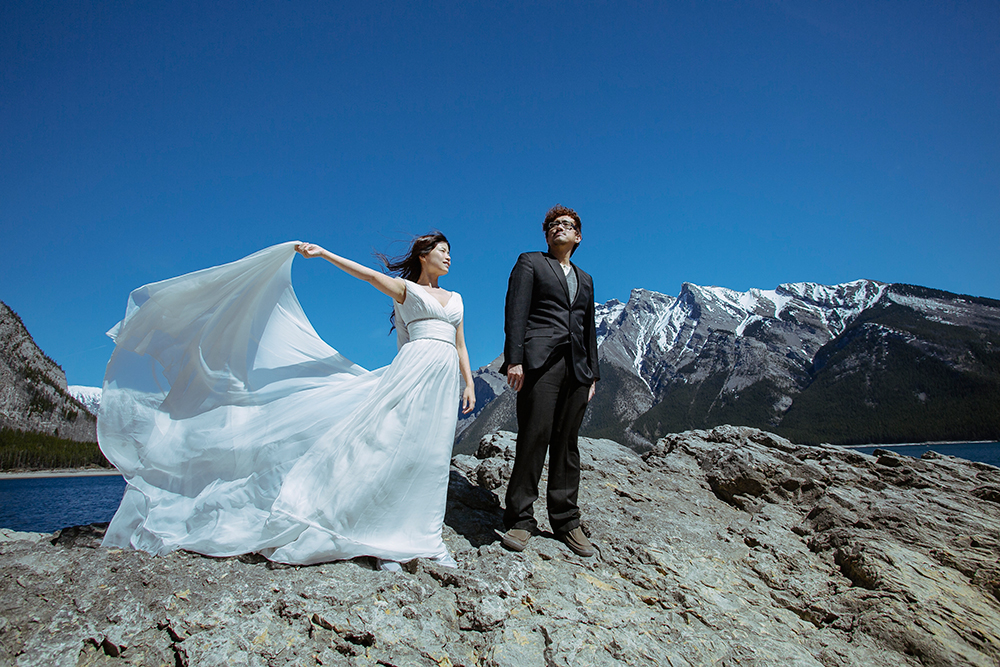 DIY Wedding Photoshoot, Lake Minnewanka, Canada. www.theweddingnotebook.com