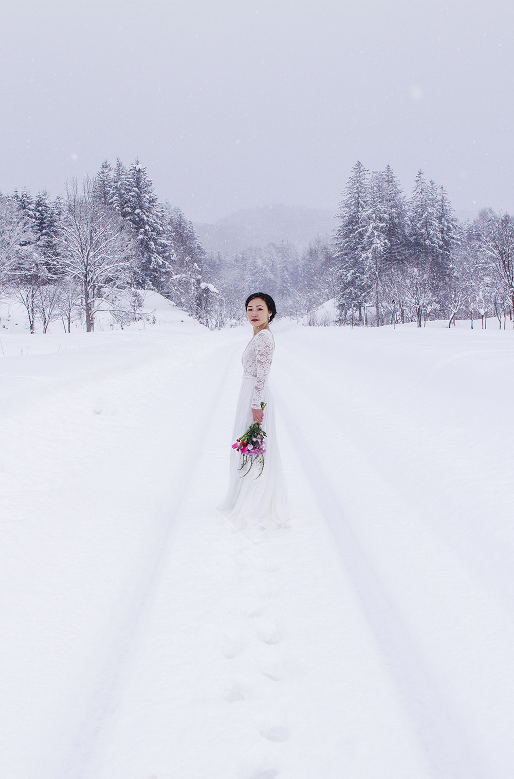 Destination bridal portraits in Japan. Photo by Niseko Photography. www.theweddingnotebook.com