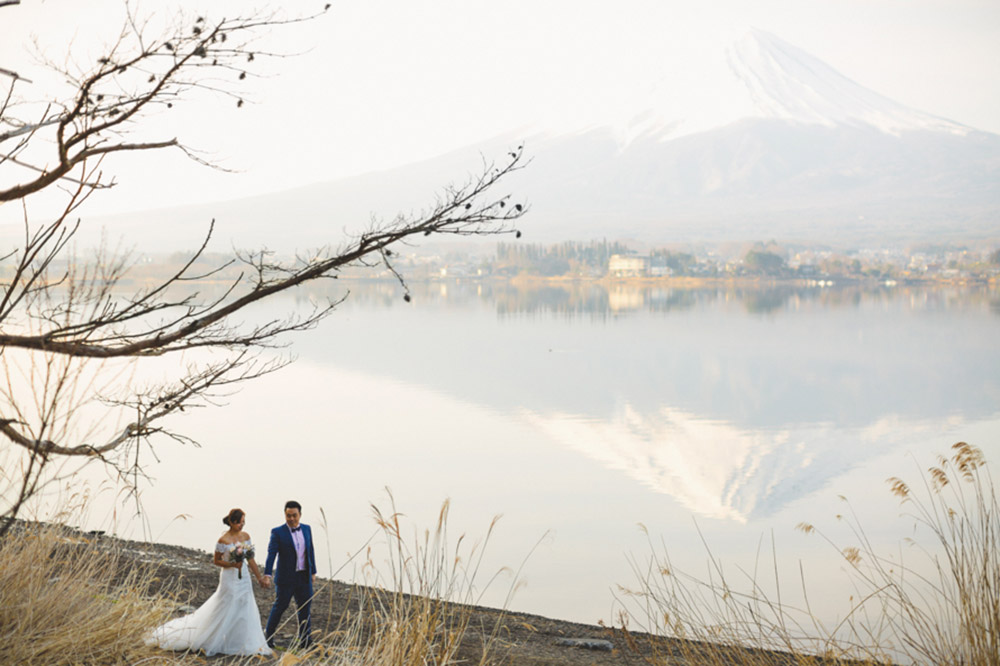 Bridal portraits around Mount Fuji, Japan. Photo by Synchronal Photography. www.theweddingnotebook.com