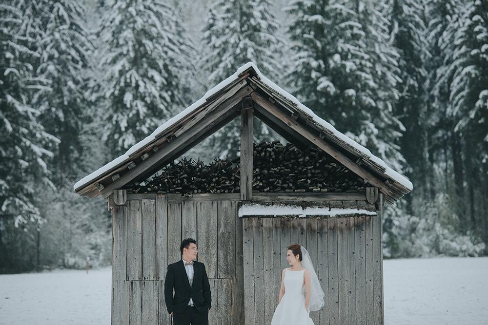 Wedding photos at Hallstatt Austria. Photo by Fixer Photography. www.theweddingnotebook.com