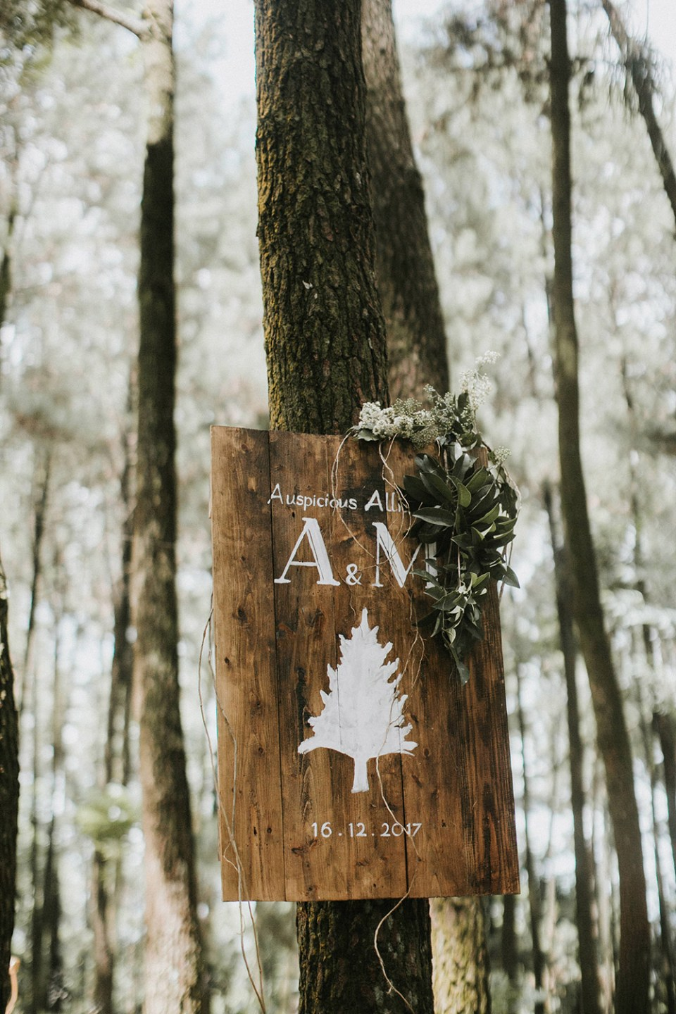 Sign for a forest wedding. Photo by Iluminen. www.theweddingnotebook.com
