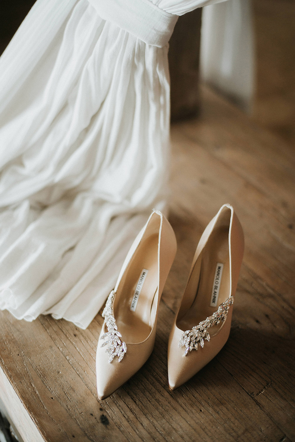 Bridal shoes by Manolo Blahnik. Photo by Iluminen. www.theweddingnotebook.com