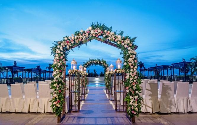 Renaissance johor bahru classy hotel banquet weddings at a renaissance johor bahru wedding junglespirit Images
